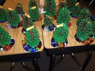 A Christmas gift for parents! Kids paint pinecones green, gl ...