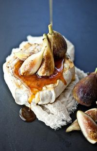 Wanna try this.. grilled soft cheese, thyme honey & fresh figs ..