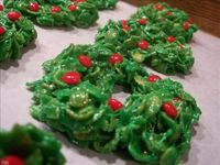 Christmas Cornflake Wreath Cookies: 4 ingredients and a little food coloring are all you need!
