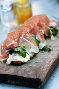 Grilled peaches with prosciutto and buratta